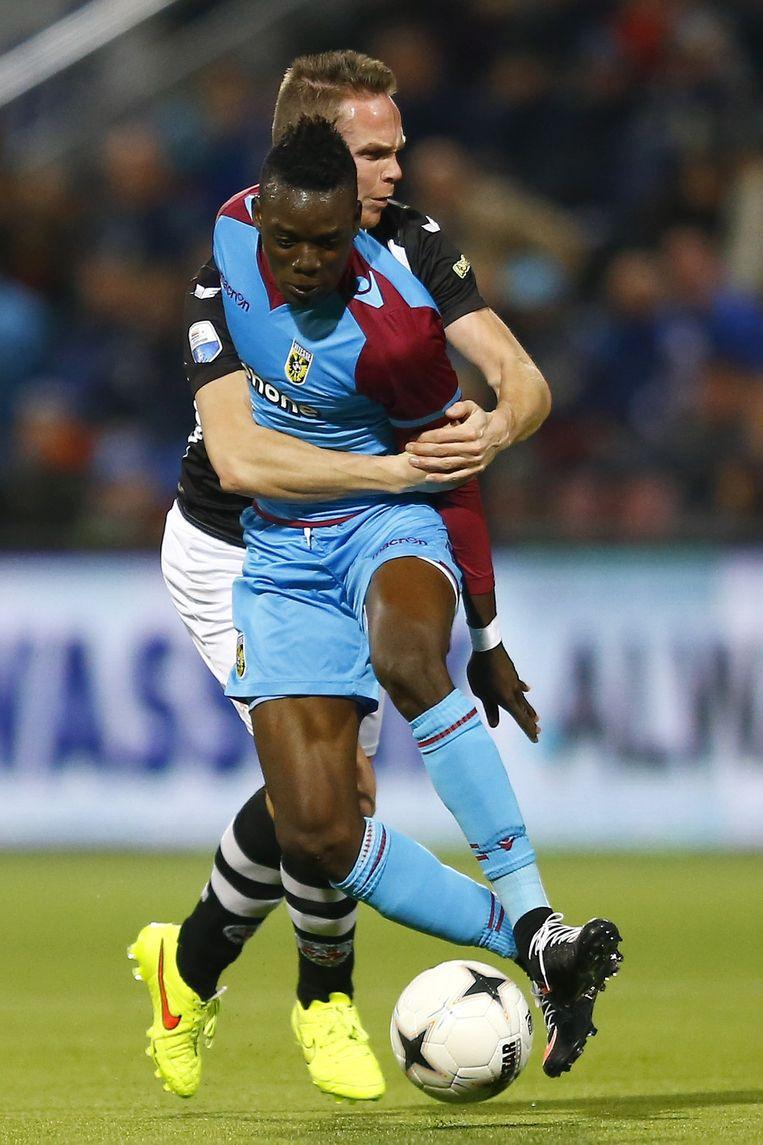 Bertrand Traoré van Vitesse wordt vastgehouden door Ramon Zomer van Heracles. De wedstrijd eindigde in 1-1. Beeld anp