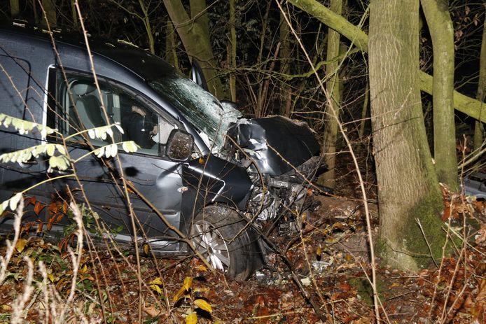 De auto botste tegen de boom