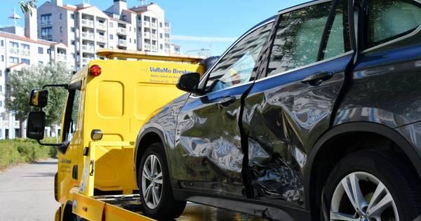 Veel schade na botsing autos in parkeergarage Breskens.