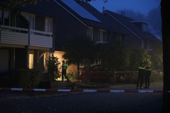 In een woning aan de Julianalaan in Hengelo (gld) zijn twee lichamen aangetroffen.
