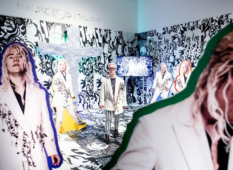 Multidisciplinair kunstenaar Bruin Parry tijdens de perspreview van de tentoonstelling Power to the Models in het Stedelijk Museum als onderdeel van BredaPhoto, de grootste fototentoonstelling van de Benelux.  Beeld Wieger Windhorst