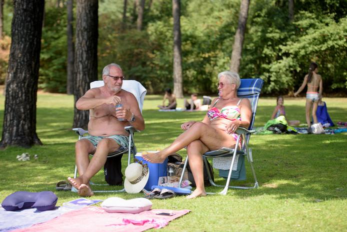 VALKENSWAARD -Bezoekers van het buitenbad de Wedert sjouwen met koelboxen in verband met ontbreken horeca
