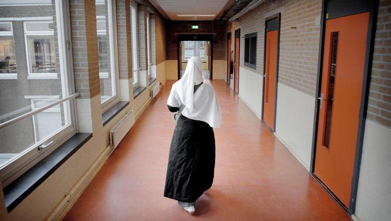 Archiefbeeld uit 2006: een leerling loopt over de gang van het Islamitisch College in Amsterdam. In 2010 werd de school gesloten. Beeld Joost van den Broek / de Volkskrant
