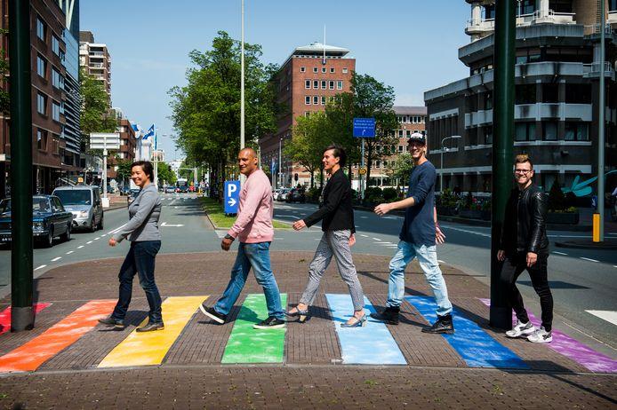 Regenboogzebrapad in Den Haag.