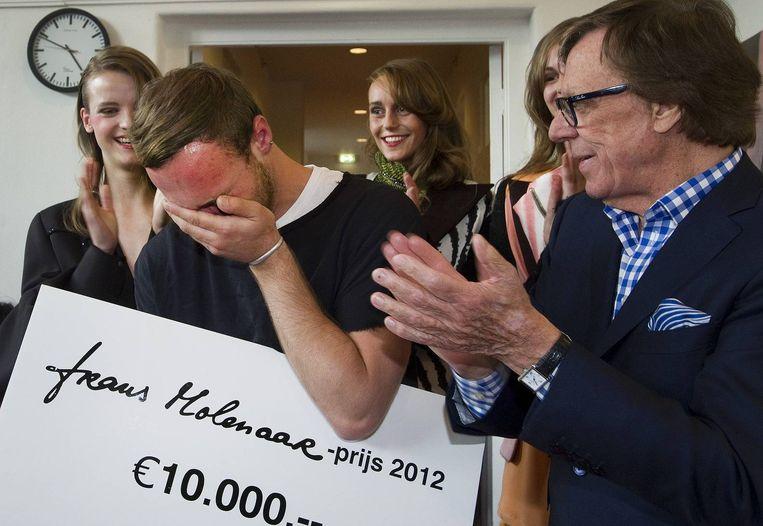 Ontwerper Peet Dullaert ontvangt uit de handen van Frans Molenaar de Frans Molenaar-prijs 2012. Beeld anp
