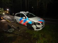 Politiewagen klapt op boom in Soest
