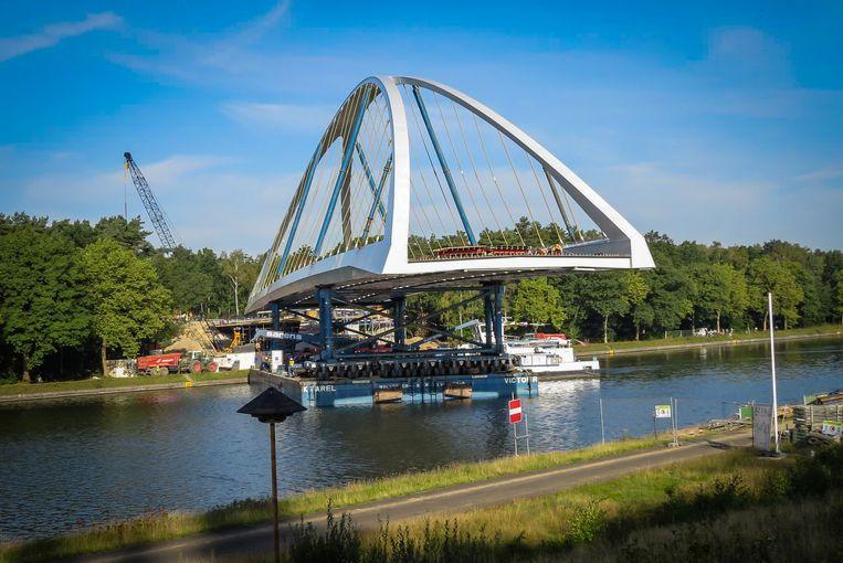 De nieuwe brug heeft een totale overspanning van 128 meter en een nuttige breedte van 15,60 meter op het smalste punt.