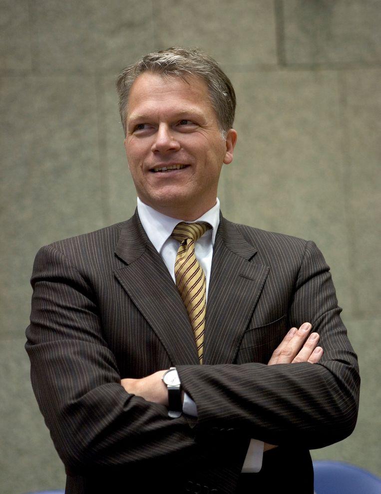 Wouter Bos als minister in 2007, met teruggekeerde das.  Beeld null