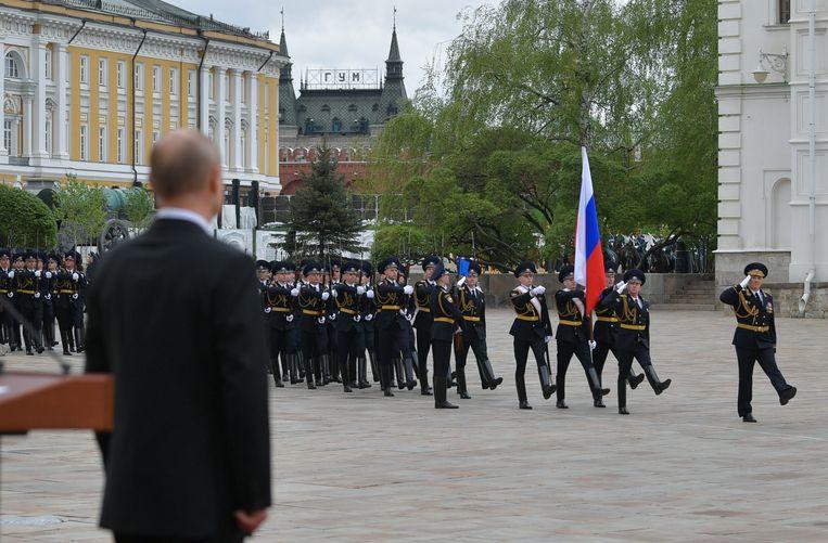 In plaats van een grootscheepse militaire parade op het Rode Plein moest de Russische president Vladimir Poetin het op 9 mei, de Dag van de Overwinning, doen met een kleine parade van de presidentiële garde. Beeld EPA
