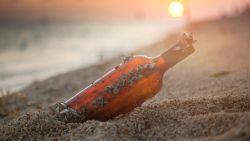 Jongetje vindt 50-jarige boodschap in een fles en gaat op zoek naar afzender