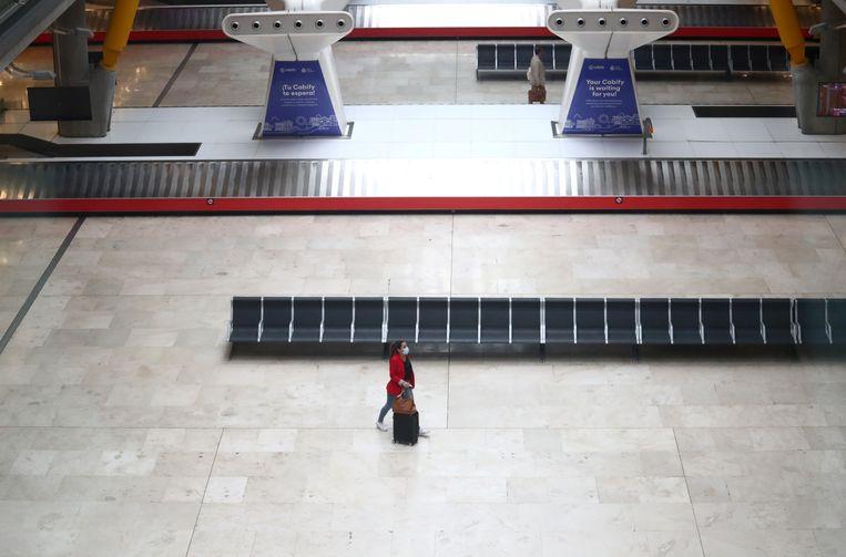 Een reiziger op het Adolfo Suárez Barajas vliegveld, in Spanje. Beeld Reuters