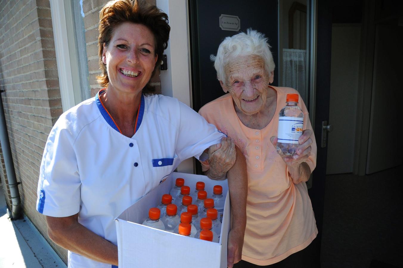 De medewerkers van Zorgstroom delen tijdens de warme dagen extra flesjes water uit aan de ouderen; ''Er wordt goed voor ons gezorgd'', vindt mevrouw Van Hal.
