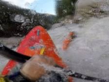 Un kayakiste sauvé des eaux déchaînées par son ami