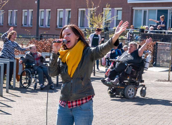 Marion van Iwaarden zong in mei dit jaar voor bewoners en personeel van het Gasthuis in Middelburg.