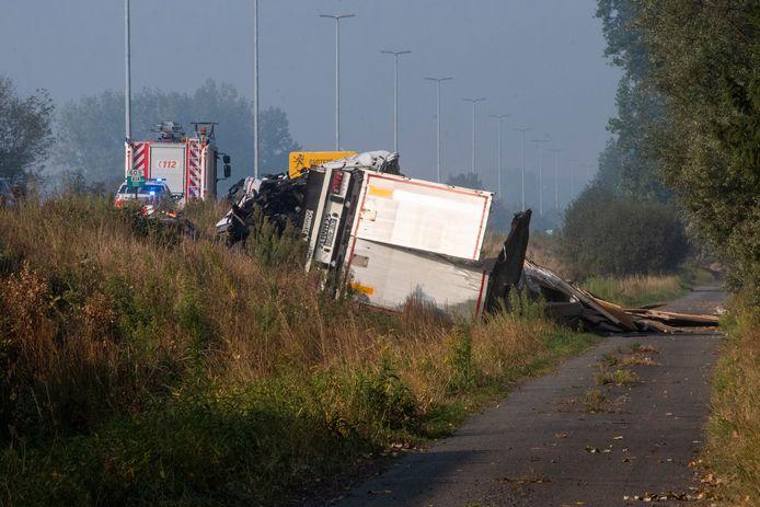 Eén vrachtwagen belandde naast de E17.