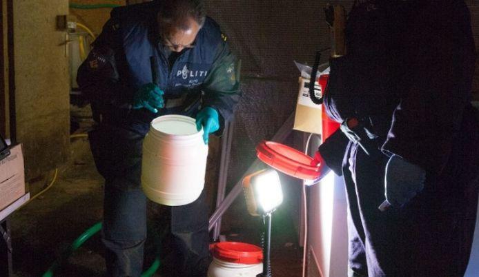 De politie in het drugslab dat vanochtend werd gevonden in Herwijnen.