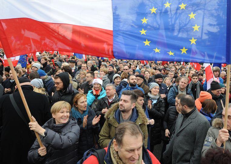 Anti-overheidsprotesten in Warschau, Polen, afgelopen dinsdag. Beeld ap