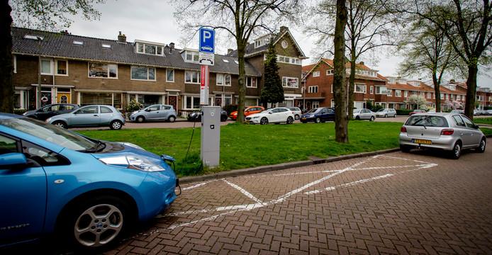 De laadpalen op openbare plaatsen in Raalte zijn nu op de vingers van één hand te tellen. De komende drie jaar komen er 51 laadpunten bij.