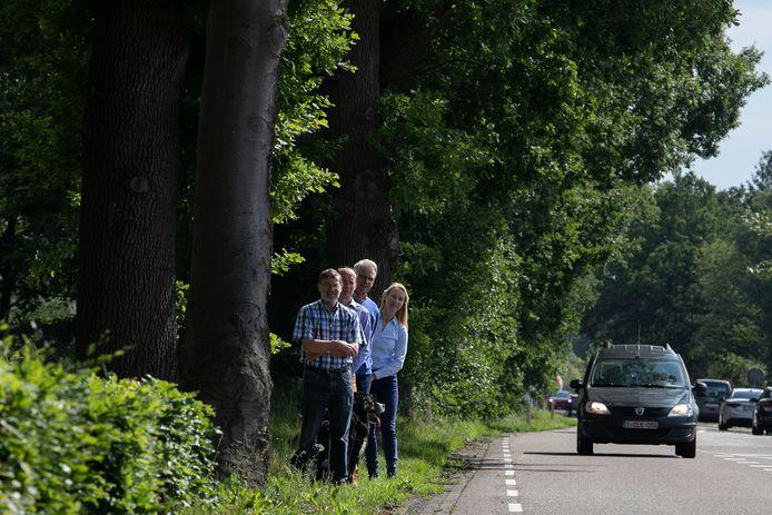 Loet Visschers, Carolus van de Ven, Henk Wessels en Monika van de Ven (vlnr) strijden tegen de bomenkap.