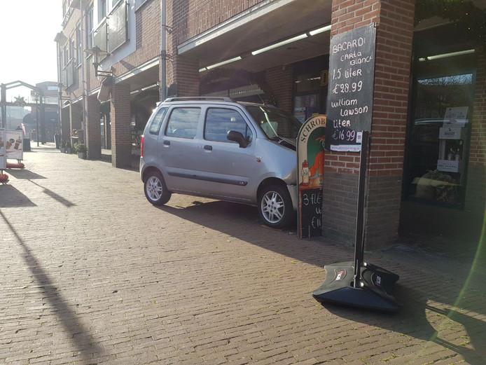 De auto  die tegen de pilaar botste.