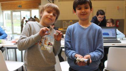 Kinderen maken robots tijdens workshops van FabLab Factory