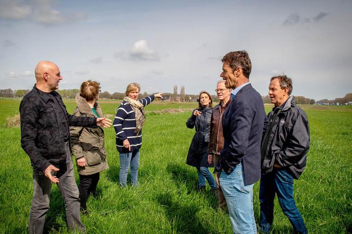 Tegenstanders van het zonnepark eerder dit jaar in de buurt van de beoogde bouwlocatie langs de A50.