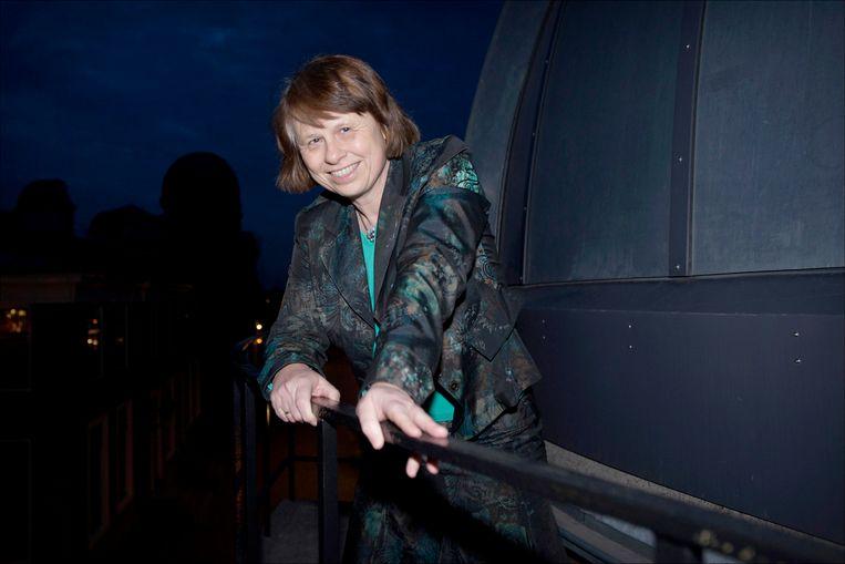 Portret van sterrenkundige Ewine van Dishoeck op het dak van de oude sterrewacht in Leiden.  Beeld Joost Hoving