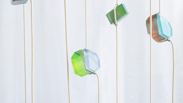 Opgehangen kleuren en materialen om de werking van kleur te onderzoeken. Beeld Roel van Tour