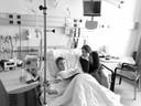 Tijn in het ziekenhuis met zijn moeder Paulien.