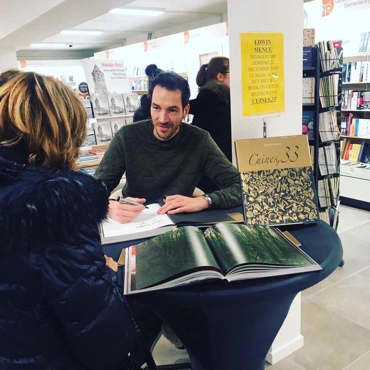Chef-kok Edwin Menue signeerde al zijn kookboek in Standaard Boekhandel