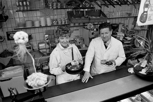 Mieke en Jan de Kort aan het NSPlein, het 'gouden plein' waar hun bedrijf floreerde. Foto uit 1985.