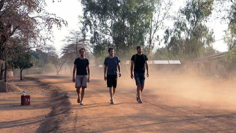 Bart Dereymaeker (midden) reist naar Malawi, in het voetspoor van zijn vader Lieven.