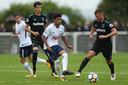 Marcus Edwards in actie tegen West Ham United.