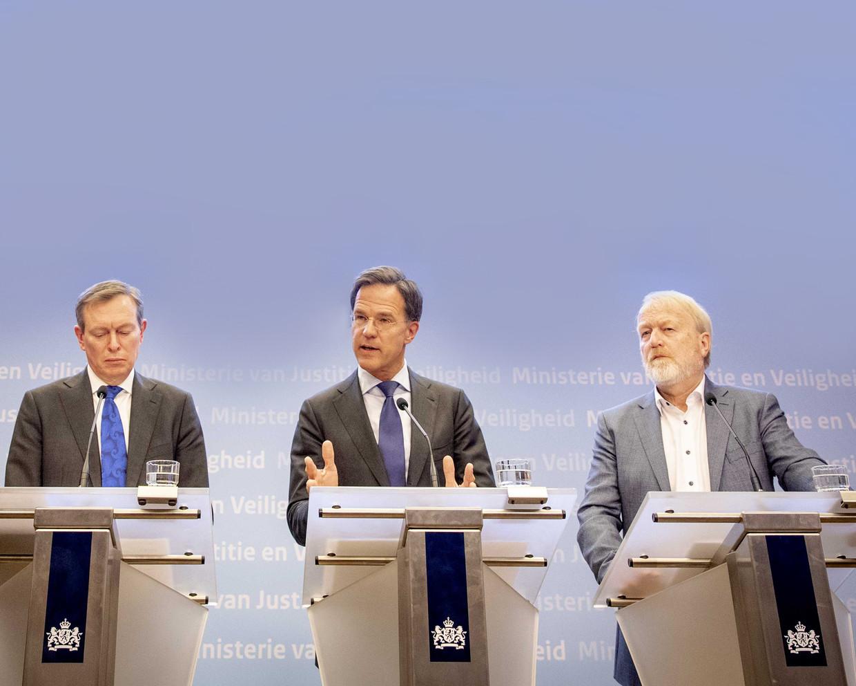 Minister Bruno Bruins (Medische Zorg), premier Mark Rutte en Jaap van Dissel (v.l.n.r.) van het RIVM tijdens een persconferentie waarop de nieuwe maatregelen rondom het coronavirus bekend worden gemaakt.