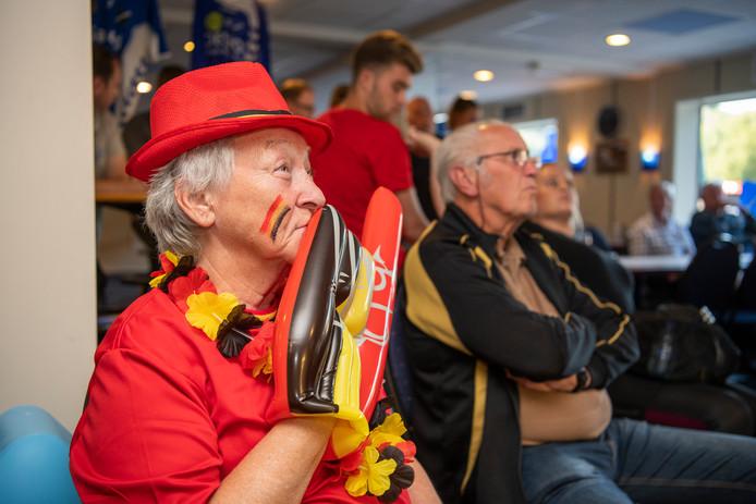 Spanning in de AGOVV-kantine, waar de supporters vooral de Belgen steunen.