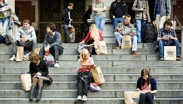 Eerstejaarsstudenten op de trappen van het Academiegebouw in Groningen. © ANP