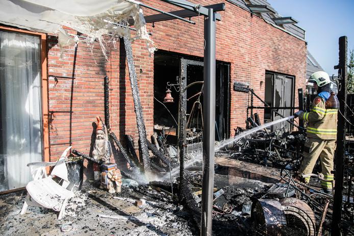De brandweer blust de brand in Zevenaar.