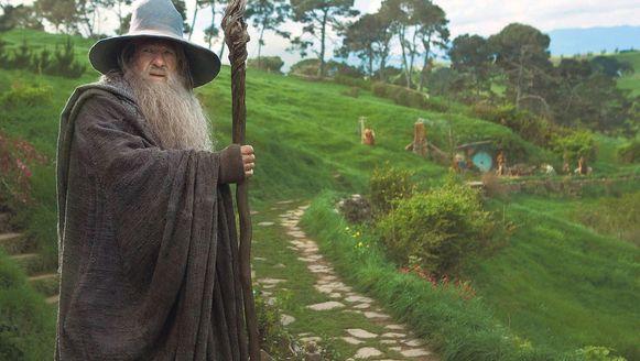 Gandalf the Grey (acteur Ian McKellen) in Hobbitton, waar de vredige Gouw met Hobbitstee werd nagebootst. Ook het enige decor dat na het filmen niet werd opgeruimd.