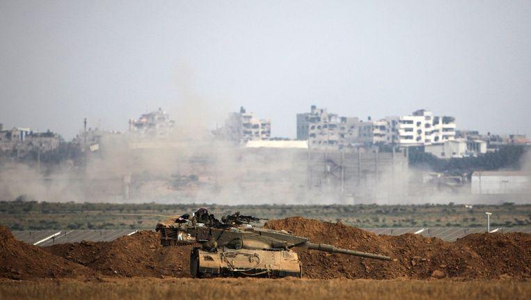 Een Israëlische tank aan de grens met de Gazastrook. Inmiddels heeft Israël zijn troepen teruggetrokken. Beeld afp