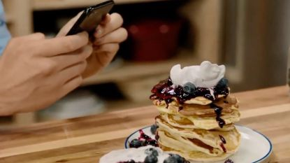 Loïc bouwt indrukwekkende pancakestapel dankzij Instagram-truc
