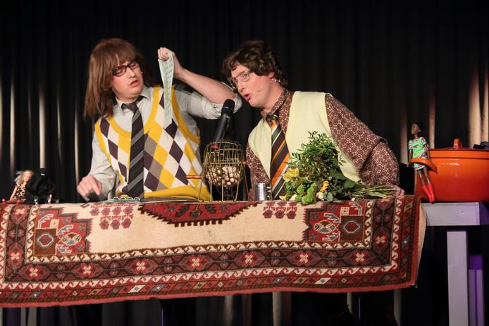 Jochem Goossens en Bert van Hoek doen een bingo. Ze tetteren continu het woord dankjewel door de microfoon