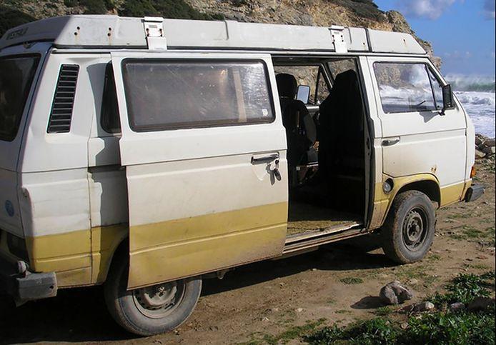 Le second véhicule est un van Volkswagen T3 Westfalia blanc .