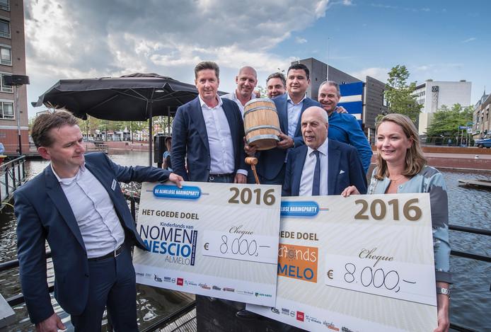 De cheque wordt uitgereikt. Beide goede doelen krijgen 8000 euro