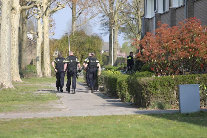 Misverstand in Waalwijk: Man zit met legaal speelgoedwapen in eigen tuin, politie rukt uit met 7 auto's en politiehelikopter.