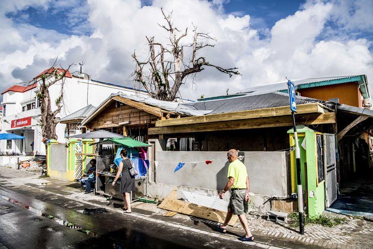 Het dagelijks leven in Philipsburg kwam in december 2017 maar langzaam weer op gang, nadat orkaan Irma Sint-Maarten had aangedaan. Beeld ANP