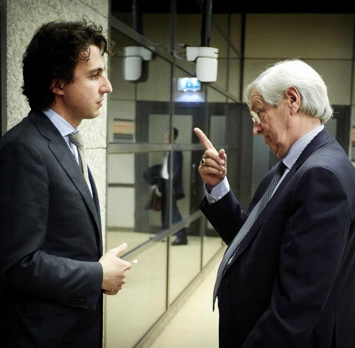 GroenLinks-fractieleider Jesse Klaver in 2015 als Kamerlid in gesprek met president-commissaris Rik van Slingelandt van ABN AMRO na afloop van het rondetafelgesprek in de Tweede Kamer over beloningen van topbankiers. Ook toen speelde de discussie al, toen rond ABN Amro. Deze foto, met name het opgeheven vingertje van Van Slingelandt richting 'snotneus' Klaver - kreeg grote bekendheid en kwam symbool te staan voor de vermeende arrogantie van bankiers.