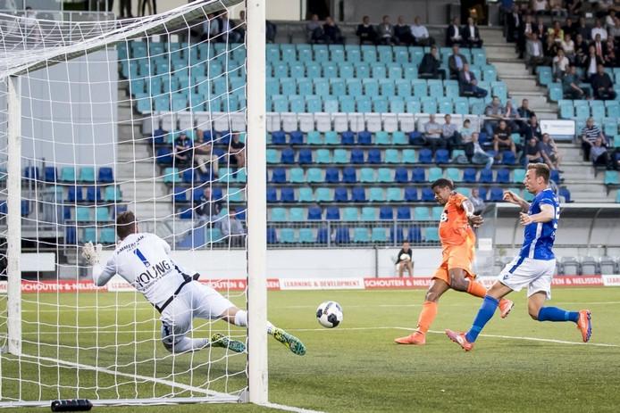 Rihairo Meulens scoort tegen FC Den Bosch