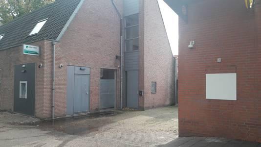Rechts het MCD-pand in Bergen op Zoom waar de door een plofkraak getroffen Geldmaat tijdelijk is verwijderd, links de pinautomaat bij de buren van ABN AMRO, die in januari doelwit was van een explosie die veel meer schade aanrichtte.
