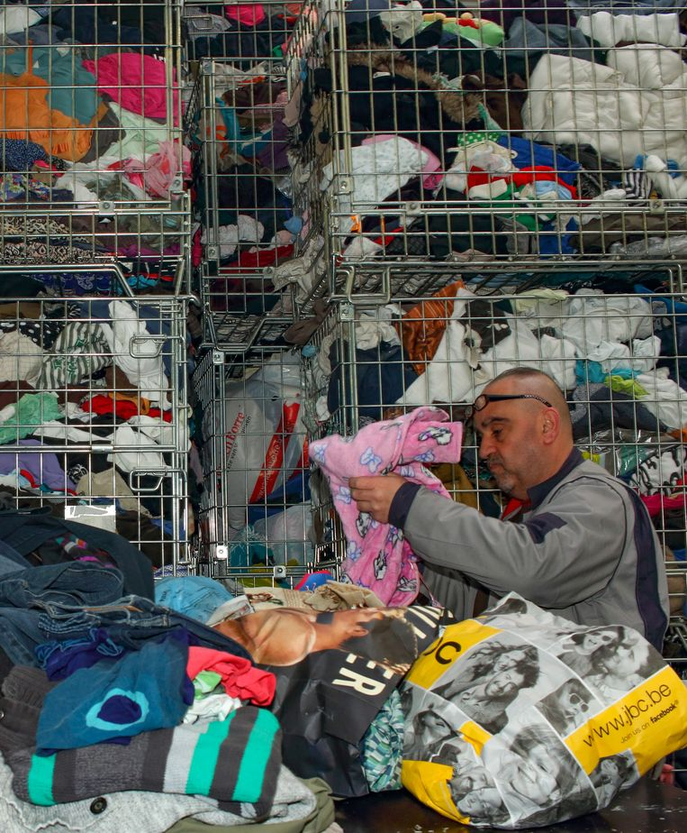 Een medewerker van het sociale economiebedrijf Den Azalee aan het werk in de textielafdeling.