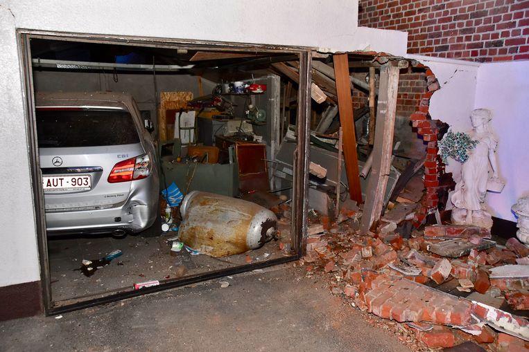 De schade aan de vrijstaande garage is bijzonder groot. Ook de vier jaar oude Mercedes van het bejaard echtpaar is lelijk toegetakeld.